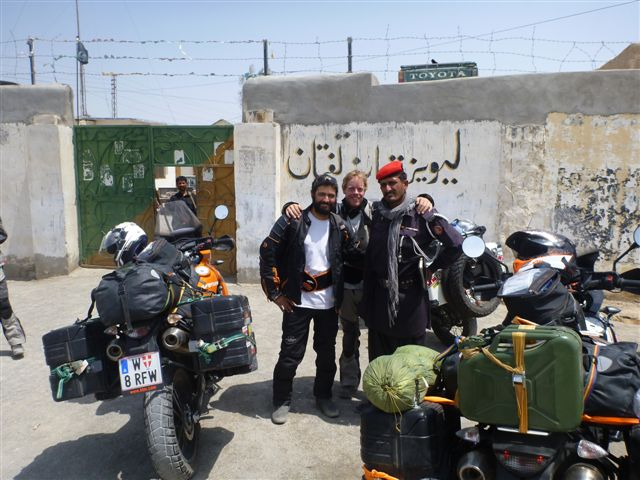 In front of the Mad Max like police station we ask to take a picture with the police man and contrary to Iran its not a problem at all!